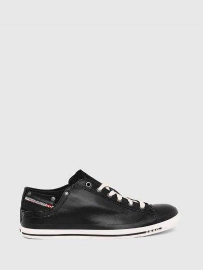 סניקרס עור בגזרה נמוכה בצבע שחור. לשון הנעל עשויה מקנבס. בחלקה החיצוני בצד כיס קטן.