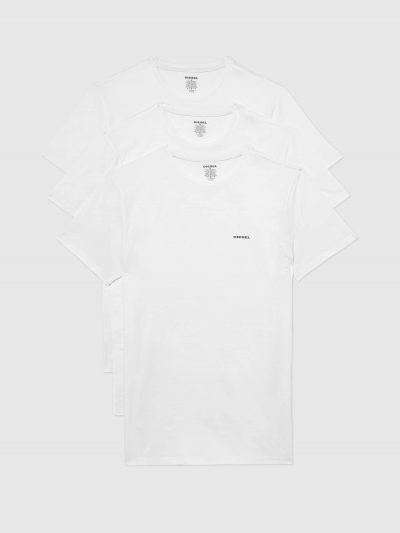 מארז של שלוש חולצות טישרט חלקות עם צווארון עגול בגזרה צמודה בצבע לבן עשויות כותנת ג'רזי משובח. על החזה מצד שמאל הדפס לוגו המותג בצבע שחור.