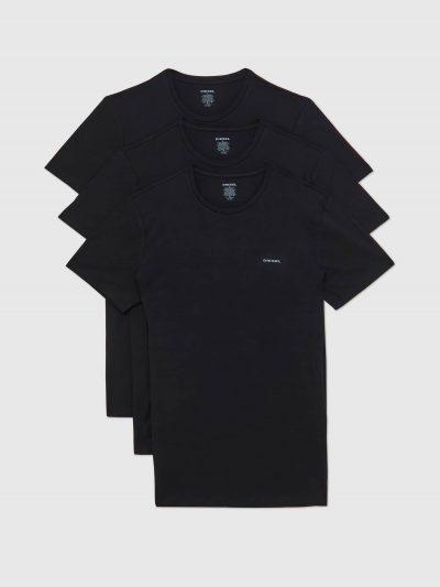 מארז של שלוש חולצות טישרט חלקות עם צווארון עגול בגזרה צמודה בצבע שחור עשויות כותנת ג'רזי משובח. על החזה מצד שמאל הדפס לוגו המותג בצבע לבן.