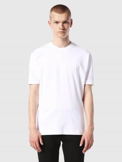טישרט בצבע לבן ,בלק גולד. לחולצה צווארון עגול גבוה ושרוולים ארוכים יותר מהרגיל. מלפנים ומאחור, רקמת פס ארוך, טון על טון, מהצאוורון מטה.