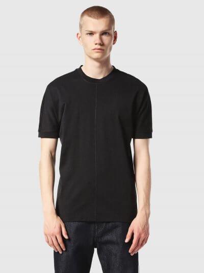 טישרט בצבע שחור, בלק גולד. לחולצה צווארון עגול גבוה ושרוולים ארוכים יותר מהרגיל. מלפנים ומאחור, רקמת פס ארוך, טון על טון, מהצאוורון מטה.