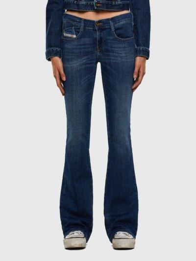 ג׳ינס כחול כהה מתרחב למטה בגזרה נמוכה ובסגירת רוכסן