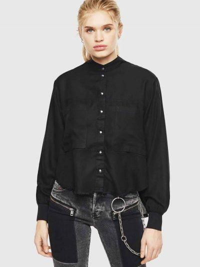 חולצה מכופתרת בצבע שחור, בסגירת כפתורי לחיצה ובגזרה משוחררת, קצרה מקדימה וארוכה מאחורה. בגב החולצה, כפתורים לחיצים לחשיפת הגב.