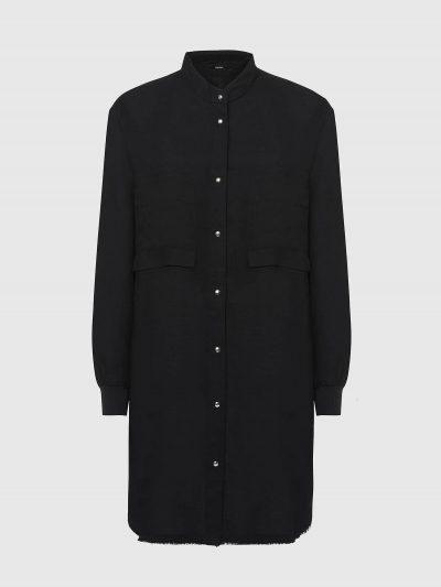 שמלה בצבע שחור הנסגרת בכפתורי לחיצה ובגזרת חולצה רחבה עם שרוולים ארוכים. לשמלה צווארון סיני וסיומת ריב בשרוולים. על החזה שני כיסים גדולים ובגב, כ