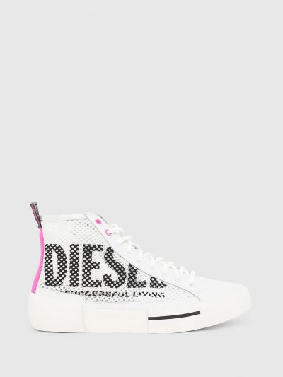 סניקרס רשת בשילוב עור וסוליה מגומי בגזרה גבוהה בצבע לבן. בצידי הנעל הדפס לוגו המותג בצבע שחור. בגב הנעל פאץ' בד בצבע ורוד ניאון ומקדימה ארבע לולא