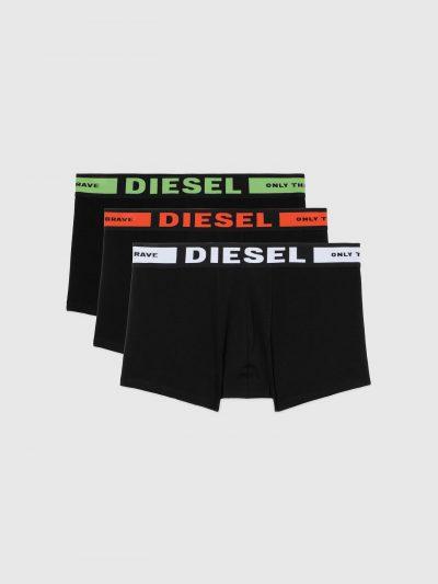 מארז של שלושה תחתונים בגזרת בוקסר צמוד בצבע שחור. לוגו המותג מופיע ברצועת הגומי של הבוקסר בצבעים לבן, אדום וירוק.