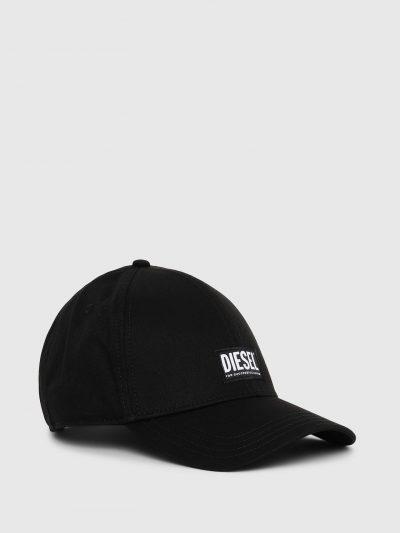 כובע מצחיה בצבע שחור עשוי מכותנת טוויל רכה. פאץ׳ לוגו המותג מקדימה.