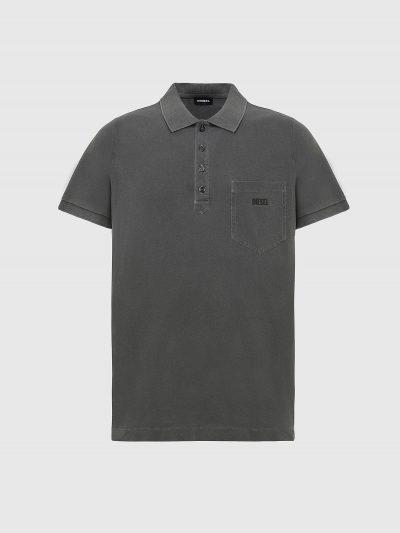 חולצת פולו שרוול קצר בצבע אפור עם שטיפה במראה וינטג' ובגזרה צרה. לחולצהסגירת ארבעה כפתורים וכיס בצד שמאל של החזה ועליו הדפס גומי של לוגו המותג בצ