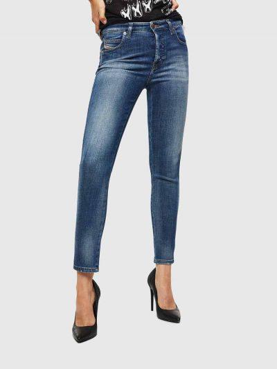 מכנס ג'ינס בגזרת מותן רגילה, ישרה וצרה (באורך קרסול), בצבע כחול קלאסי, בסגירת כפתורים. מכפלת הרגל רגילה. על החגורה מאחור, פאץ' עור עליו מוטבע לוגו המותג להשלמת המראה.
