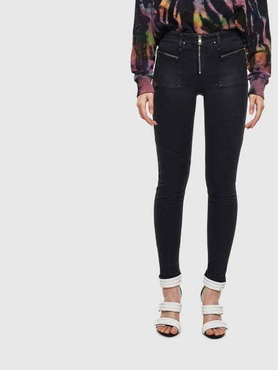 ג'ינס בגזרת אמצע, סופר סקיני (הגזרה הצרה ביותר בהיצע), בצבע שחור מבריק, באורך קרסול, בסגירת רוכסן גלוי. המכנס עשוי מבד אלסטי, גמיש וחזק ששומר על