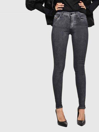 ג'ינס בגזרת אמצע, סופר סקיני (הגזרה הצרה ביותר בהיצע), בצבע כסף, באורך קרסול, בסגירת רוכסן. המכנס עשוי מבד אלסטי, גמיש וחזק ששומר על צורתו המקורי