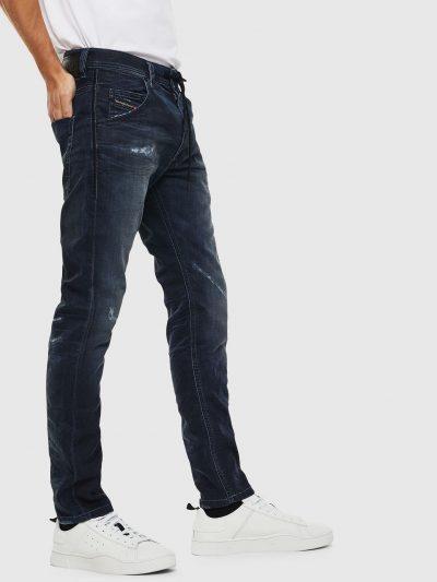 ג׳וג ג׳ינס בצבע כחול כהה, גזרה ישרה ומעט צרה בתחתית, בד נעים ונוח, קרעים בירכיים והברכיים