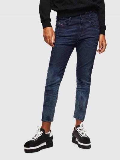 המכנס הוא שילוב ייחודי לדיזל וראשון מסוגו, המשלב תפירה בצורת שתי וערב של שני סוגי בד- פוטר ודנים, לנוחות מירבית. הוא בגזרת מותן רגילה, בויפרנד (צללית מעט מרושלת, סיומת רגל מעוקלת שמצטמצמת על הקרסול), בצבע כחול כהה עם שטיפה בהירה יותר בחלק התחתון של הרגליים, בסגירת רוכסן.על החגורה מאחור פאץ' עור עליו מוטבע לוגו המותג להשלמת המראה.