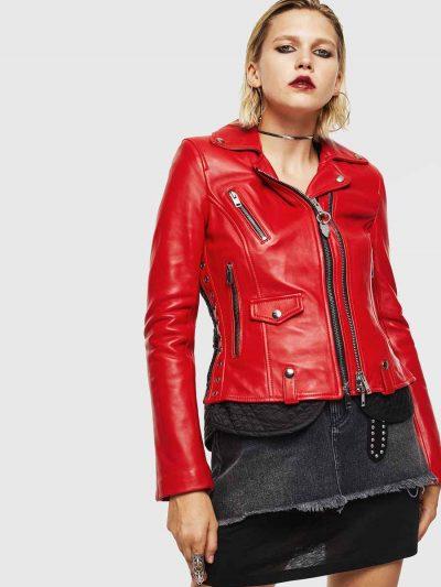 ג׳קט עור בצבע אדום, בגזרה רגילה ובסגירת רוכסנים כפולים. בגב, שרוכים ולולאות מתכת, בסגנון מחוך, המגדירים את מתאר המותן והגב. לג׳קט בטנה בולטת בצבע שחור.