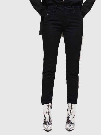 מכנס ג'ינס בגזרת מותן רגילה, ישרה וצרה (באורך קרסול), בצבע שחור, בסגירת רוכסן. לתפרי צד המכנס, תוספת עדינה של שיפון שחור, למראה יוקרתי. בחלקן התח