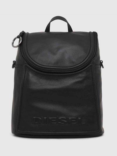 תיק גב מעור בצבע שחור עםרצועות כתף מתנתקות. לוגו המותג מוטבע על התא החיצוני של התיק.
