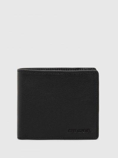 ארנק עור בצבע שחור עם תאים לכרטיסים ותא לכסף קטן. על הארנק לוגו מתכת בצבע הרקע.