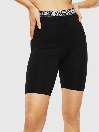 מכנסי טייץ קצרים, בצבע שחור ובגזרה צמודה. לוגו המותג על גומי המותן.