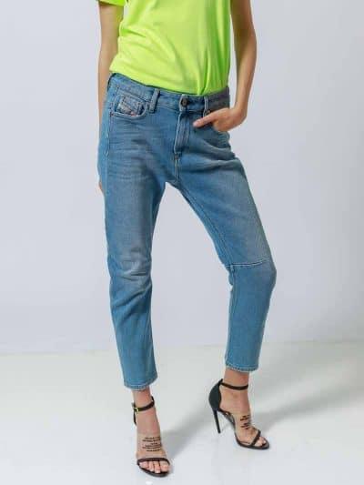מכנס ג'ינס בגזרת מותן רגילה, בויפרנד (צללית מעט מרושלת, סיומת רגל מעוקלת שמצטמצמת על הקרסול), בצבע כחול בהיר קלאסי, בסגירת רוכסן. על החגורה מאחור