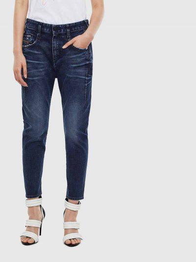 מכנס ג'ינס בגזרת מותן רגילה, בויפרנד (צללית מעט מרושלת, סיומת רגל מעוקלת שמצטמצמת על הקרסול), בצבע כחול עם בטנה אדומה, בסגירת רוכסן. למכנס, עיטור של תפרי מכפלת בצידי הירך. על החגורה מאחור, פאץ' עור עליו מוטבע לוגו המותג להשלמת המראה.