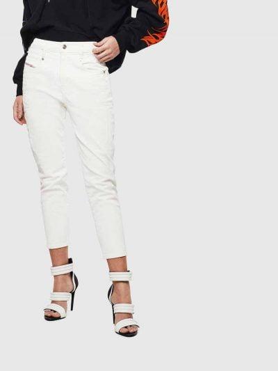 מכנס ג'ינס בגזרת מותן רגילה, בויפרנד (צללית מעט מרושלת, סיומת רגל מעוקלת שמצטמצמת על הקרסול), בצבע לבן עם הדפסי גיר בצבע הרקע מה שמקנה לצבע הג׳ינ
