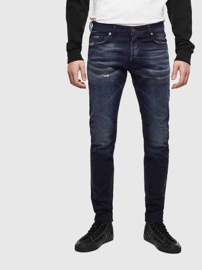 מכנסי ג'ינס בגזרת סלים (רחבה מעט בירכיים ונצמדת יותר עד הקרסול), בצבע כחול משופשף בסגירת כפתורים. למכנס שטיפה יחודית בחלקו הקדמי באזור האגן, הנותן אפקט תלת מימדי של