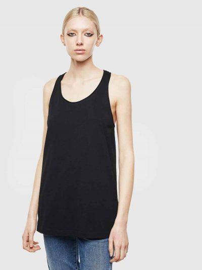 גופיה בצבע שחור בגזרה משוחררת. לכל אורך הגב תפר עבה ועליו טבעות מתכת כסופות בשלל גדלים. פאץ׳ לוגו המותג בעורף.