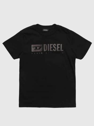 טישרט שרוול קצר, בגזרה רגילה ובצבע שחור. עשויה כותנת ג'רזי דקה ואיכותית. בחזה הדפס לוגו בצבע שחור מבריק במעט.
