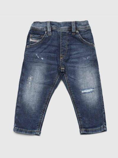 מכנס ג'וג לתינוקות עד גיל 3, בגזרה צרה, בצבע כחול משופשף עם קרעים סגורים בשילוב חגורת גומי אלסטית. חשוב לציין כי המכנס הוא שילוב ייחודי וראשון מסוגו המשלב תפירה בצורת שתי וערב של שני סוגי בד- פוטר ודנים, לנוחות מירבית.