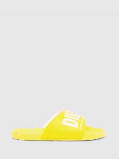 כפכפי גומי בצבע צהוב עם הדפס לוגו בצבע לבן.