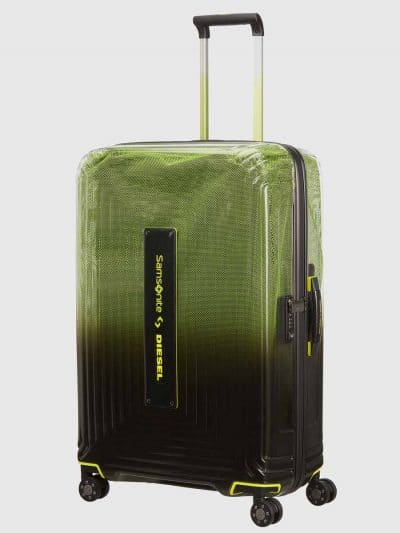 מזוודה, בצבעים ירוק/שחור/צהוב, חלקה העליון שקוף למחצה והתחתון אטום. המזוודה היא חלק מקולקציית שיתוף הפעולה האייקונית והאיכותית של מותג האופנה הבו