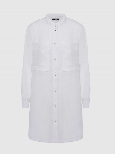 שמלה בצבע לבן הנסגרת בכפתורי לחיצה ובגזרת חולצה רחבה עם שרוולים ארוכים. לשמלה צווארון סיני וסיומת ריב בשרוולים. על החזה שני כיסים גדולים ובגב, כפ