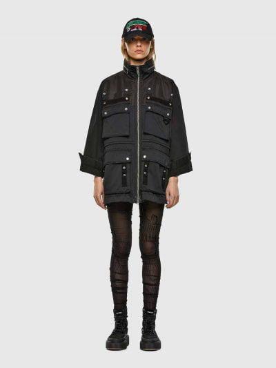 ג׳קט בצבע שחור, בגזרה רחבה ובסגירת רוכסן. הג׳קט מעוצב מכותנה ארוגה, ניילון וגינס. על הג׳קט קצוות קרועים בעבודה ידנית והוא כולל ארבעה כיסים גדולים