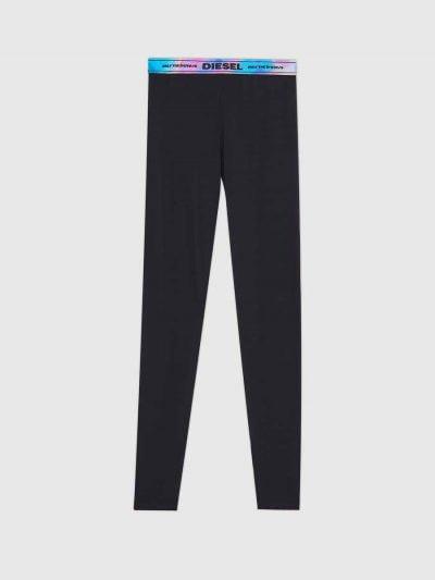 מכנסי טייץ ארוכים בצבע שחור, בעלי חגורת מותן עשויה גומי בהדפס דיגיטלי בגווני כחול/סגול/תכלת במראה מבריק.
