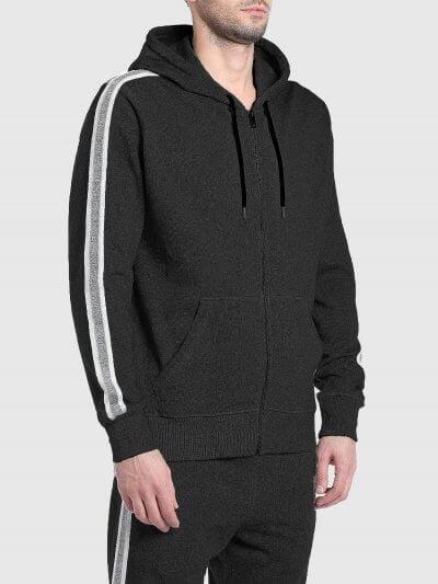 סווטשרט בצבע שחור בגזרה רגילה, בסגירת רוכסן, עם קפוצ׳ון ושרוכים עם קצוות מתכתית. לאורך השרוולים פסים ממותגים בצבעים לבן ואפור.