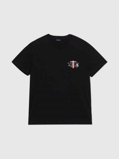 טישרט שרוול קצר, בגזרה צרה בצבע שחור, עשויה כותנה. על החזה משמאל, מודפס לוגו המותג בצבע לבן, וכן לוגו המוהיקן של דיזל.