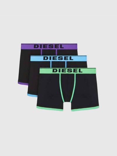 מארז של 3 תחתונים בצבע שחור ובגזרת בוקסר צמוד ארוך, גומי המותן וקווי המתאר של התחתונים בצבעים ירוק, תכלת וסגול, לוגו המותג על גומי המותן.