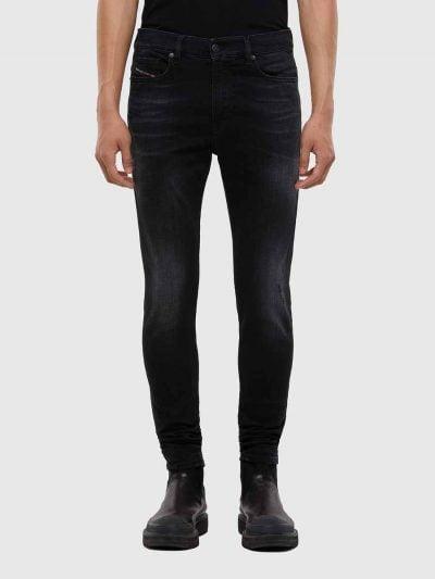 מכנסי ג'ינס בגזרת סקיני לכל האורך, בצבע שחור משופשף, בסגירת רוכסן. המכנס מיוצר מבד ג'ינס סופר רך לנוחות רבה, מקומט בקרסול ומוגמר בכיס אחורי שעליו לוגו רקום. על החגורה מאחור, לוחית מיקרופייבר עליה מוטבע לוגו המותג – להשלמת המראה.