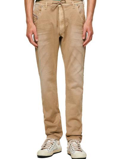 מכנס ג'וג בגזרה צרה, בצבע בז' משופשף ודהוי. בחלקו הקדמי, חגורה רגילה בשילוב שרוך וחגורת גומי אלסטי בחלקו האחורי.