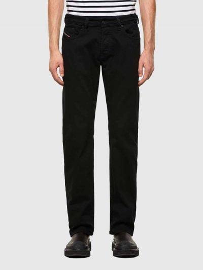 מכנסי ג'ינס בגזרה ישרה, רחבה (בירכיים ובשוקיים), בצבע שחור, בסגירת כפתורים. על החגורה מאחור, פאץ׳ עור עליו מוטבע לוגו המותג.