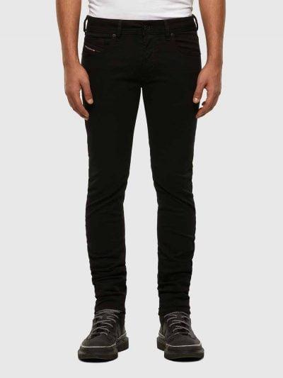מכנסי ג'ינס בגזרת סקיני (צמודים לכל אורך הרגל) ונמוך, בצבע שחור, בסגירת כפתורים, עשוי מבד ג'ינס אלסטי. על החגורה מאחור, פאץ' עור עליו מוטבע לוגו המותג.