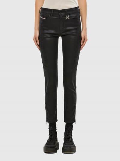 ג'ינס בגזרת אמצע, סופר סקיני (הגזרה הצרה ביותר בהיצע), בצבע שחור מבריק, באורך קרסול, בסגירת רוכסן. המכנס עשוי מבד אלסטי, גמיש וחזק ששומר על צורתו