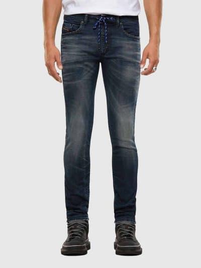 מכנס ג'וג חמש כיסים, צר בחלקו התחתון ומעט רחב יותר בירכיים, בצבע כחול/אפור בשטיפה עם מראה קלאסי ומשופשף קלות. המכנס עם חגורה רגילה ושרוך קידמי. ח