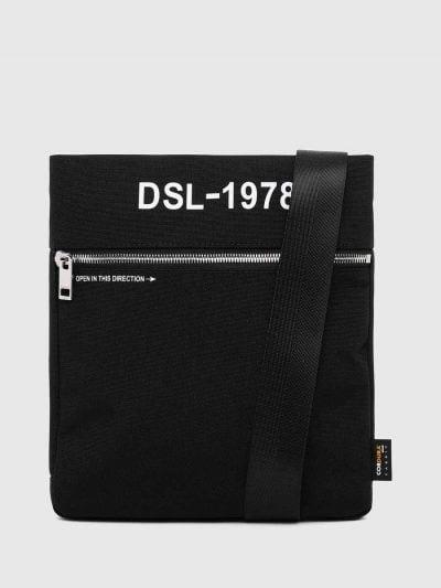 תיק צד בצבע שחור מבד עמיד. כולל רוכסן לכיס קדמי והדפס לוגו מקדימה.