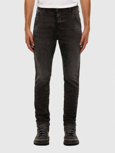 מכנס ג'וג בגזרה צרה, בצבע שחור משופשף, בסגירת כפתור ורוכסן. בחלקו הקדמי, חגורה רגילה בשילוב שרוך וחגורת מותן אלסטית בחלקו האחורי. המכנס הוא שילוב