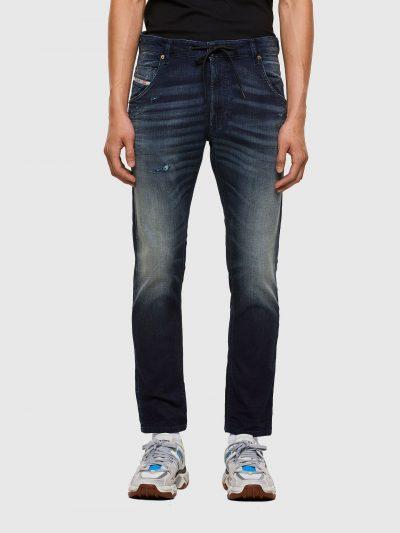 מכנסי ג׳וג ג׳ינס, בד נעים ונוח, צבע כחול כהה, גזרה ישרה ומעט צרה בקרסול, גומי במותניים, שרוך קשירה