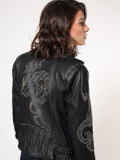 ג׳קט עור בצבע שחור בגזרה רגילה ובסגירת רוכסן כפולה ואלכסונית. הג׳קט מעוטר בניטים ממתאר הכיסים ועד למוטיב דרקון גדול מניטים בגב. זוג חגורות מתכוונ
