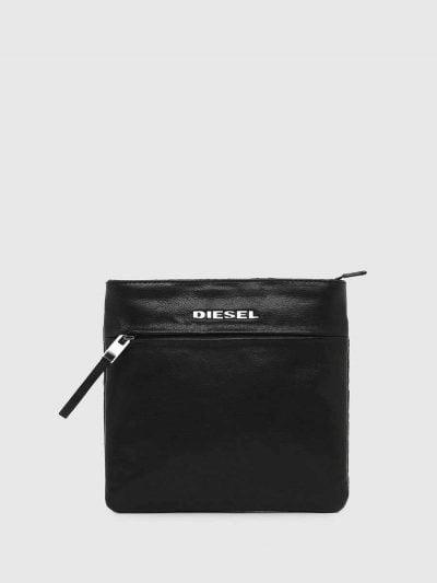 תיק צד בצבע שחור. בשילוב של עור וג׳ינס מצופה. לוגו המותג ממתכת, בקדמת התיק.