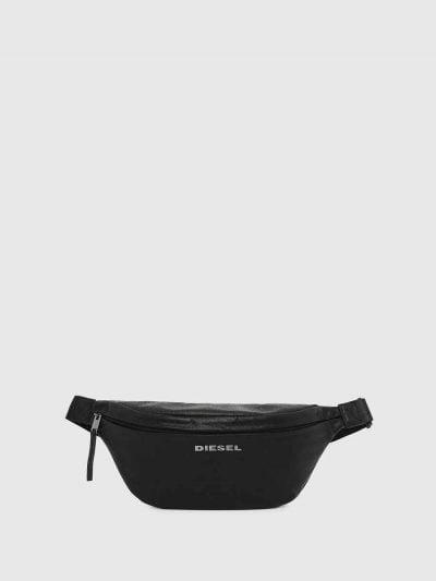 פאוץ׳ בצבע שחור, בשילוב של עור וג׳ינס באפקט מקומט. לוגו המותג ממתכת, בקדמת הפאוץ׳.