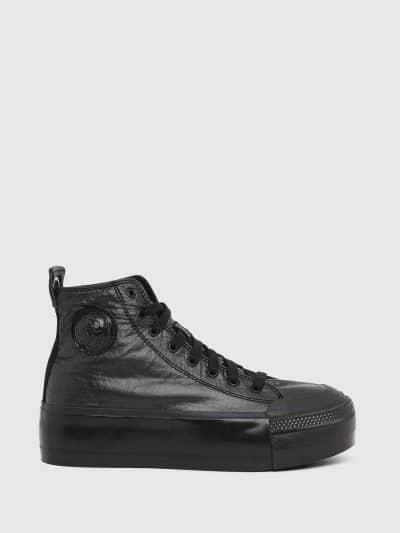 סניקרס עם פלטפורמה, מבד ניילון מבריק, בצבע שחור ובגזרה גבוהה. לוגו המותג בלשונית ובגב הנעל. בחלקה החיצוני בצד, פאץ׳ ׳מוהוק׳ המיתולוגי, בצבע הרקע